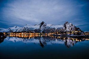 Nachtelijk uitzicht over de stad Svolvaer in de Lofoten in Noorwegen