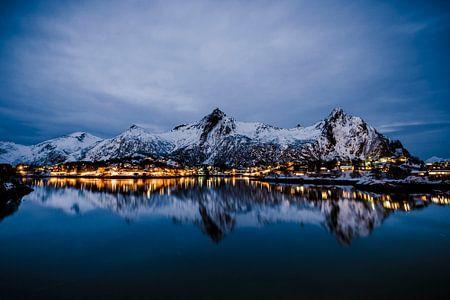 Nachtansicht über die Stadt Svolvaer auf den Lofoten in Norwegen