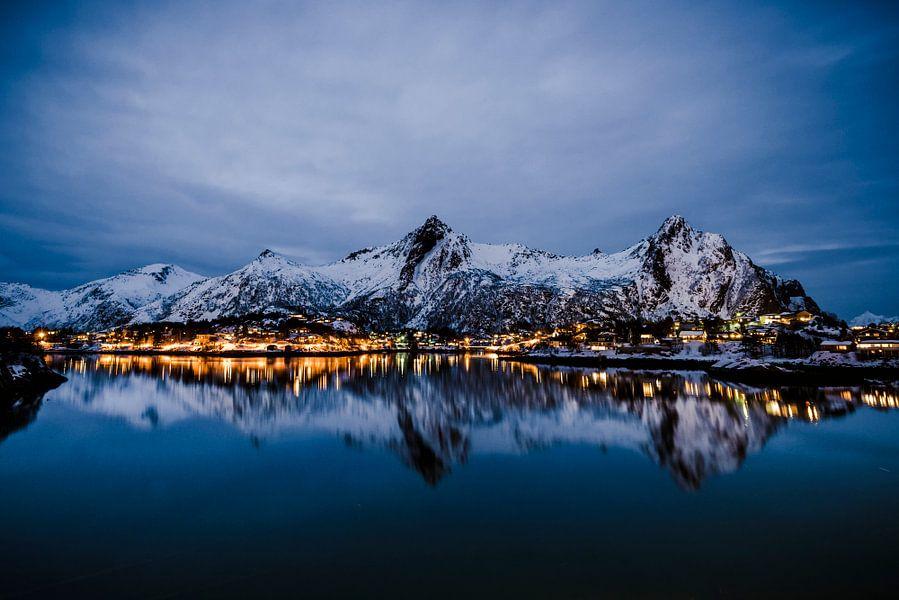 Nachtelijk uitzicht over de stad Svolvaer in de Lofoten in Noorwegen van Sjoerd van der Wal