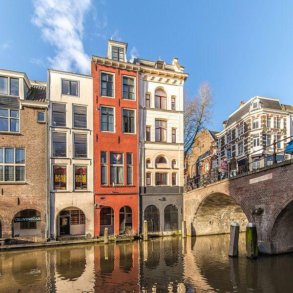 Kleurrijke grachtenpandenaan de Maartensbrug over de Oudegracht in Utrecht. van De Utrechtse Grachten