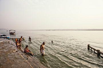 Des gens qui prennent des bains rituels dans la rivière Ganga, dans la ville sainte de Varanasi, en  sur Tjeerd Kruse