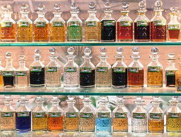 Parfumflesjes in winkeletalage in Delhi van Leonie Broekstra