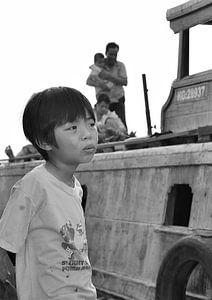 Vietnamese jongen in gedachten