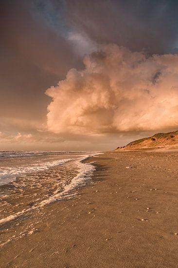 Zonsondergang op het strand van Texel van Lia Hulsbeek Brinkman