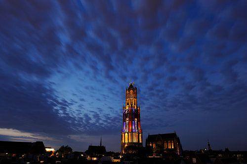 Stadsgezicht van Utrecht met Domtoren in kleuren Franse vlag  tijdens de start van de Tour de France van Donker Utrecht