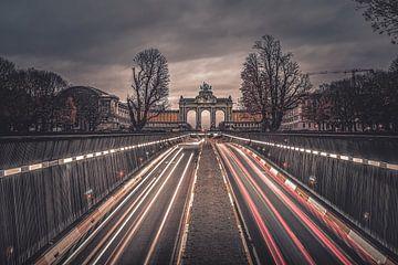 Light trails van het verkeer in Brussel met uitzicht op de triomfbogen van de Cinquantenaire van Daan Duvillier