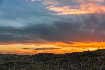 Zonsondergang boven een duingebied in Noord-Holland van eric van der eijk