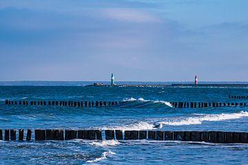 Pier en krib aan de Oostzeekust in Warnemünde van Rico Ködder