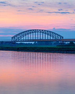 Trein op Spoorbrug na zonsondergang van Thijs Vermeer