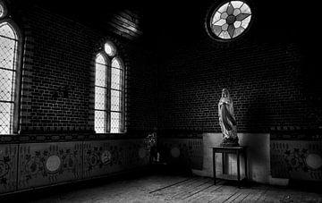 Vergessen Maria in einem verlassenen Gebäude von Eus Driessen