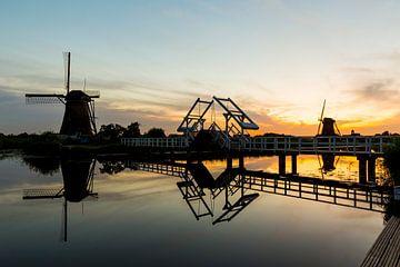 Brücke bei Sonnenuntergang mit Windmühlen in Kinderdijk von Marcel Krol