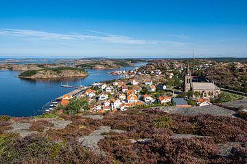 Gezicht op de stad Fjällbacka in Zweden van Rico Ködder