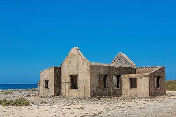 Oud historisch huis als ruïne aan de kust van Bonaire van Ben Schonewille