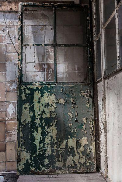 Roestige deur van Ans Bastiaanssen