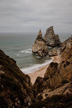 Plage rocheuse - photographie de voyage Portugal sur Anne Verhees