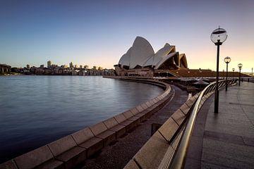 Sonnenaufgang im Opernhaus ohne Menschen von Michael Bollen