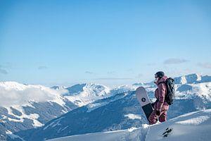 Snowboarder mit Blick auf die schönen Berge der Zillertaler Arena von Hidde Hageman