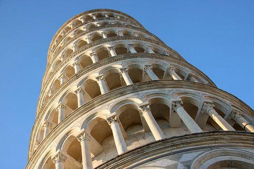 Toren van Pisa tegen blauwe lucht