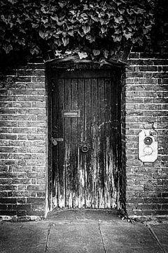Londoner Tür in Schwarz-Weiß von Diana van Neck Photography
