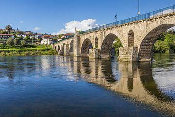 Historische Romeinse brug in Ponte da Barca, Portugal van Marc Venema