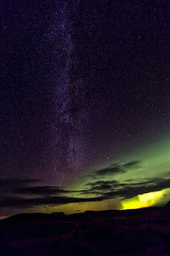 Noorderlicht en Melkweg IJsland van Mariel Sloots