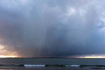 Starker Schauer über der Nordsee von Amanda van den Berg / Fotografie Amanda