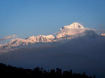 Nepal - Annapurna Track Himalaya - Een majestueuze zonsopgang boven Poon Hill van Rik Pijnenburg