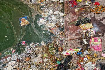 Vervuiling op het strand van tropische zee. Plastic afval, schuim, hout en vuil afval op strand in d van Tjeerd Kruse
