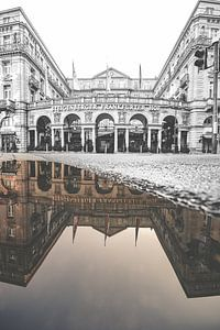 De Frankfurterhof in Frankfurt in spiegelbeeld. Zwart, wit en kleur in één beeld