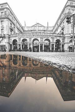De Frankfurterhof in Frankfurt in spiegelbeeld. Zwart, wit en kleur in één beeld van Jan Wehnert