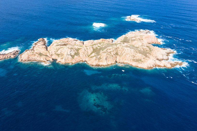 Eiland voor de kust van Isola Rossa, Sardinië van Bernardine de Laat
