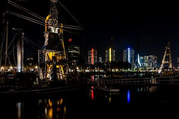 Rotterdam skyline over de haven met de Erasmusbrug in de verte van