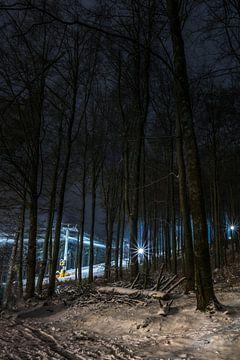 Landschap met sneeuw en bomen met skipiste op de achtergrond sur Kim Bellen