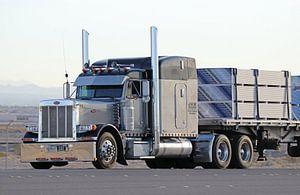 Amerikaanse Peterbilt vrachtauto met oplegger in Nevada