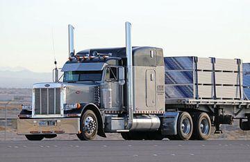 Amerikaanse Peterbilt vrachtauto met oplegger in Nevada van Ramon Berk