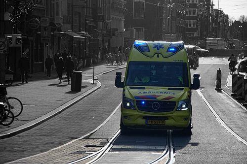 Ambulance met zwaailichten
