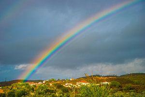 Schönes Bild eines Regenbogens in Pedeira, Portugal