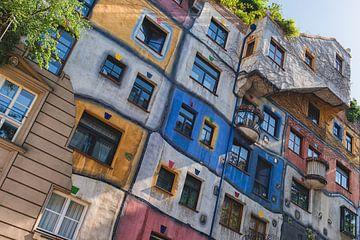 Hundertwasserhaus in der Stadt weint von Robin van Maanen