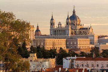 Uitzicht op het koninklijk paleis en de Almuneda Kathedraal in Madrid van Kim Willems