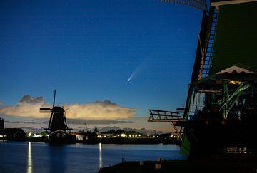 Komet Neowise über der Zaanse Schans in Holland. von Friso Kooijman