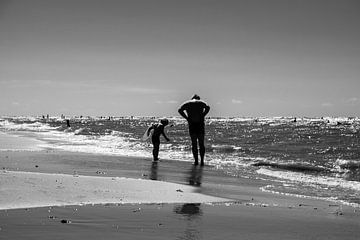 Vader en zoon aan het strand van
