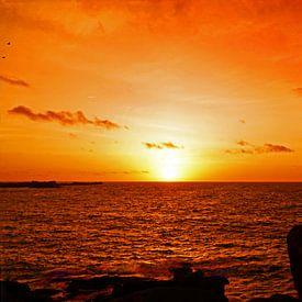 Men Ruz vuurtoren aan roze granietkust bij zonsondergang van Aagje de Jong