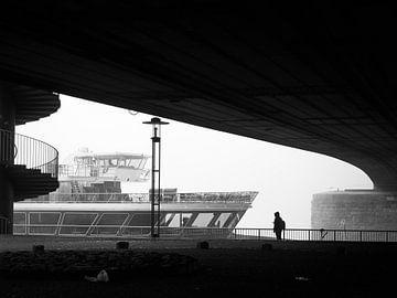 Street Photography - Person im Nebel neben Schiffen und Wendeltreppe von Christian Mueller