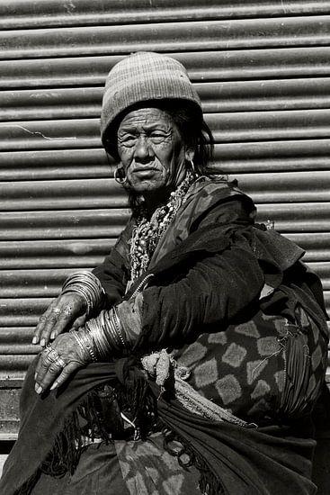oude vrouw kathmandu van rene schuiling