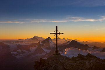 Vredige avondstemming over de Walliser Alpen van