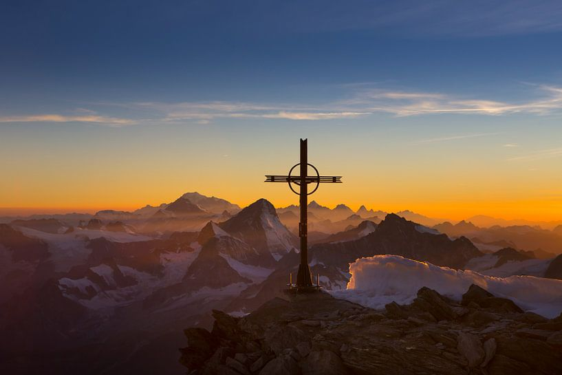 Vredige avondstemming over de Walliser Alpen van Menno Boermans