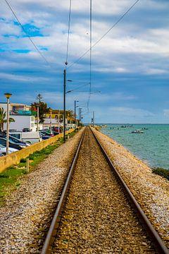 Spoorweg aan de kust van Faro van Fred Leeflang
