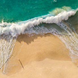 Tropische strand met mooie golven van Nick de Jonge - Skeyes