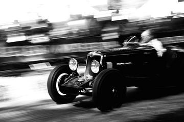 Voiture classique de course à grande vitesse en noir et blanc. sur Sjoerd van der Wal