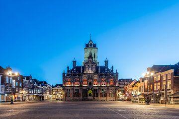 Delft. Rathaus am Markt. Abendschuss. von Gerrit de Heus